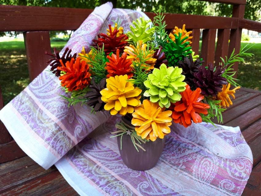 Bouquet di pigne colorate, un bel lavoretto da realizzare in autunno.