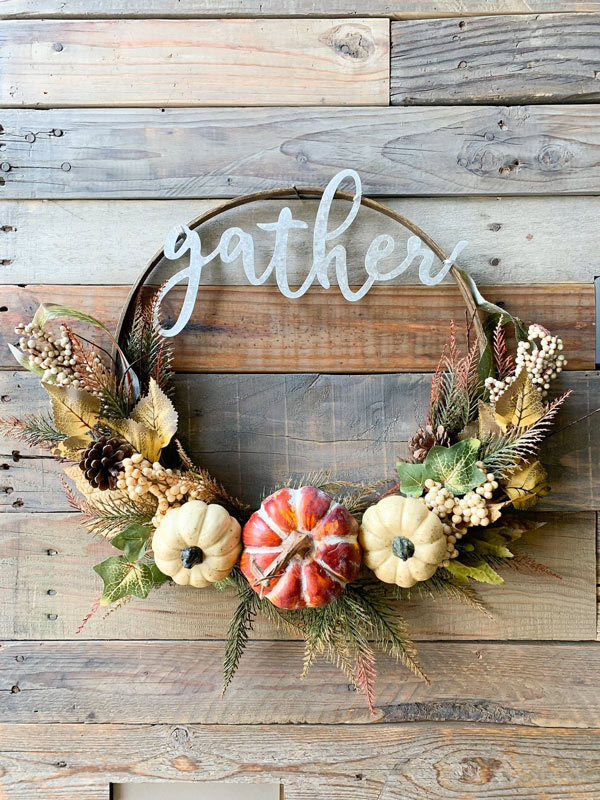 La corona fatta di finte zucche, un lavoretto da realizzare in autunno.
