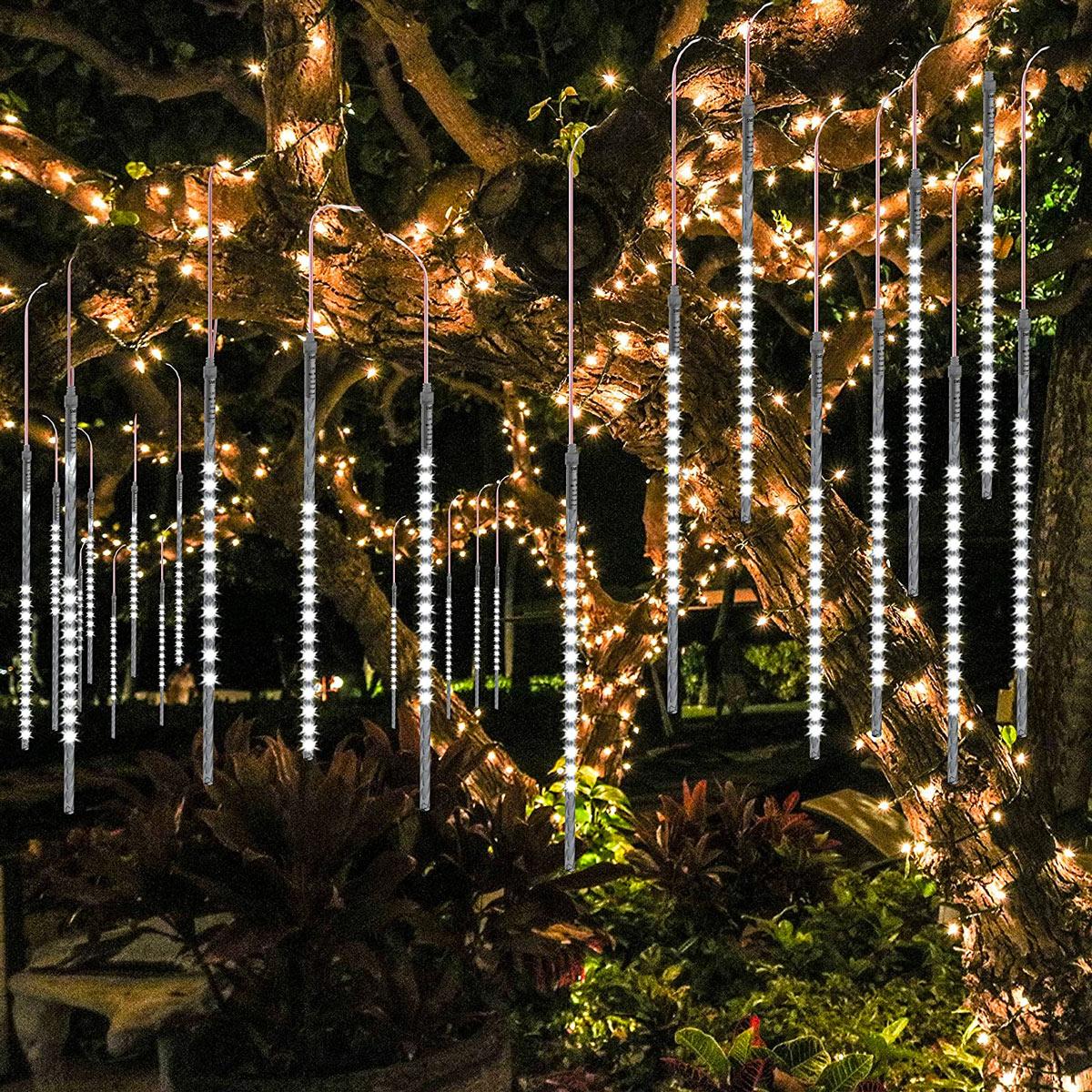 Albero illuminato con luci a catena per Natale.