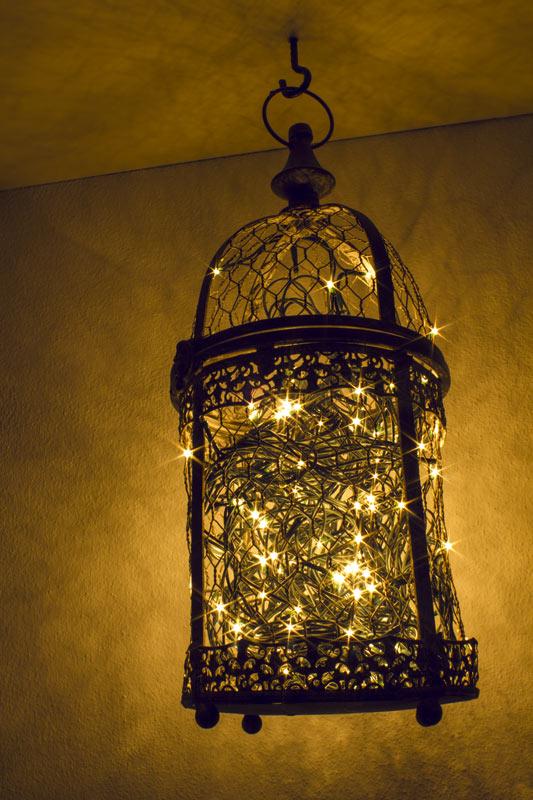 Illuminazione natalizia originale in una lanterna
