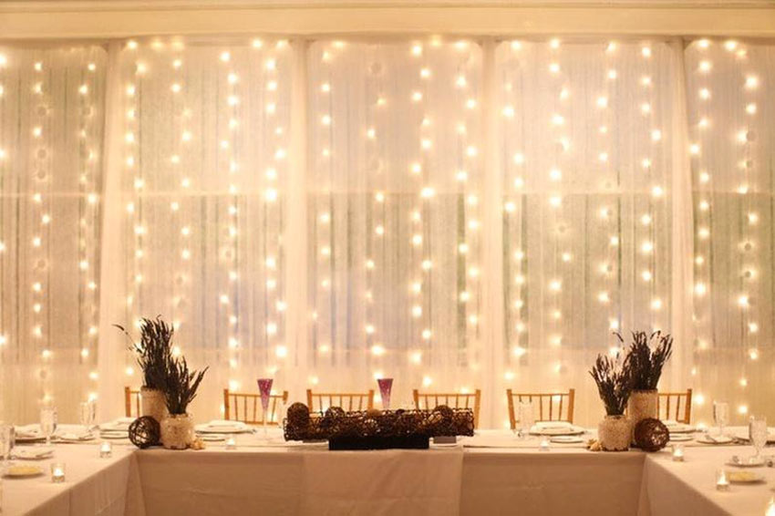luci di Natale sovrapposte alla tende in sala da pranzo