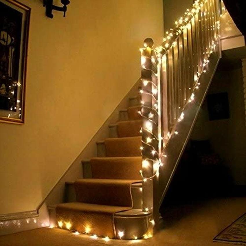 calda luce bianca che decora la scala per Natale