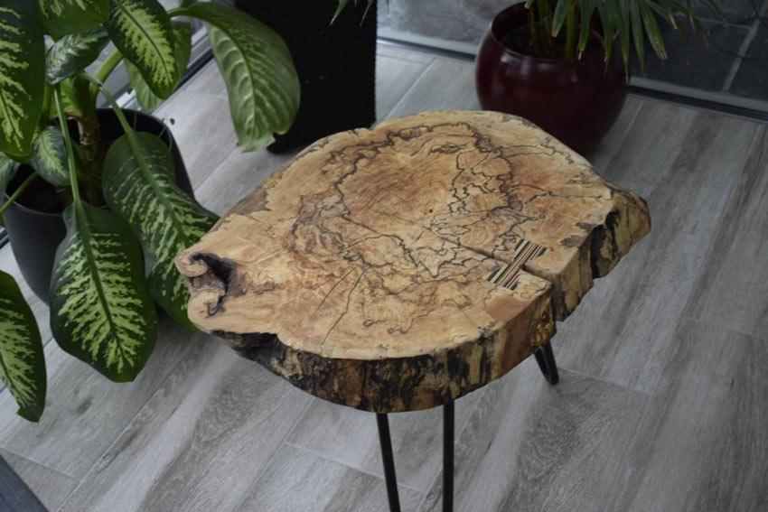 Tavolino fai da te con tronco di legno.