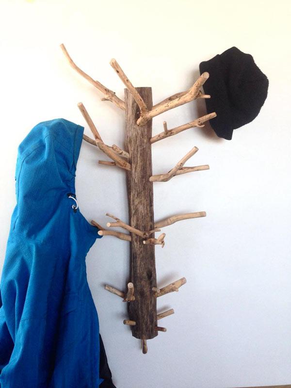 Attaccapanni fai da te con tronchi di legno.