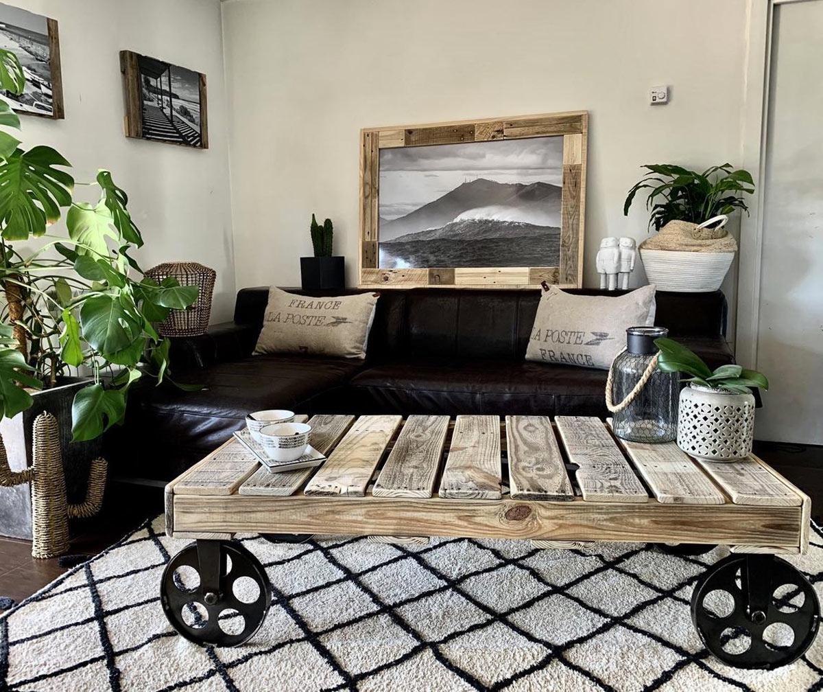 Bellissimo tavolo da salotto realizzato con pallet di legno recuperato.