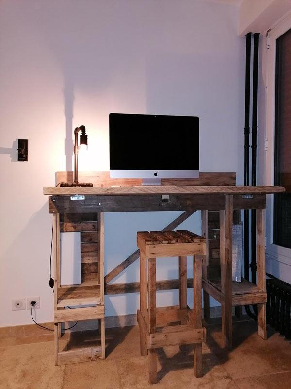 Scrivania con sgabello realizzato con bancali di legno.