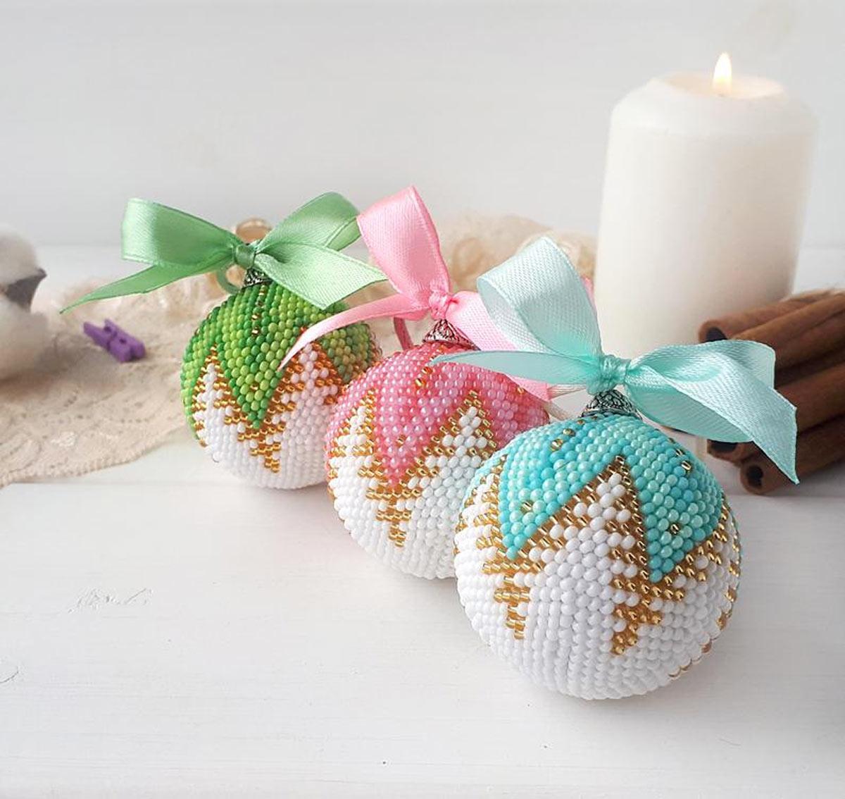 Palline di Natale fai da te con perline colorate.