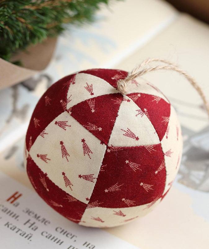 Palle di Natale fatte a mano in stoffa.