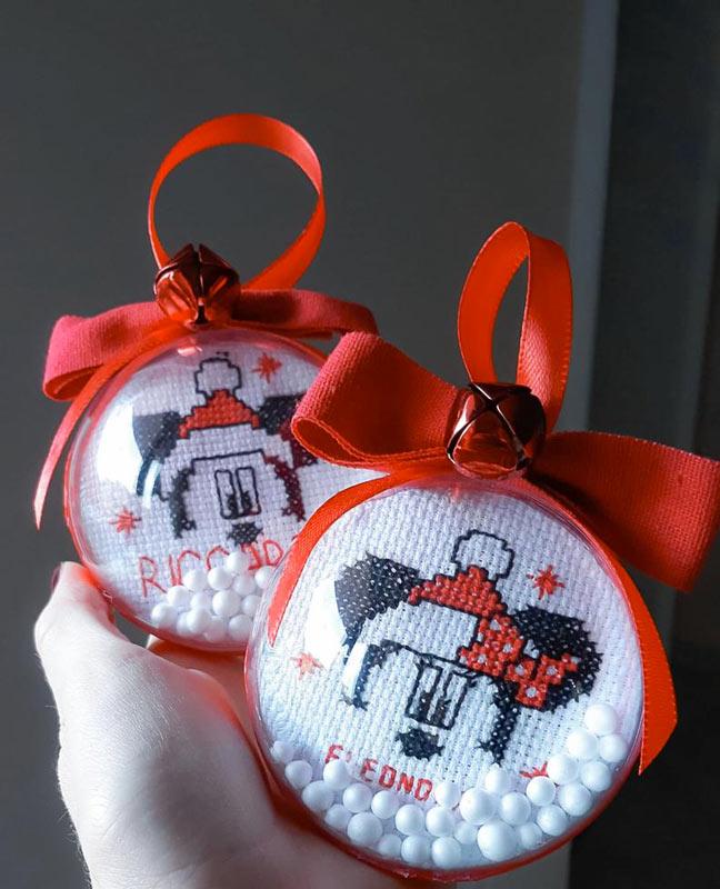 palline di plastica con decorazione in filo di lana.