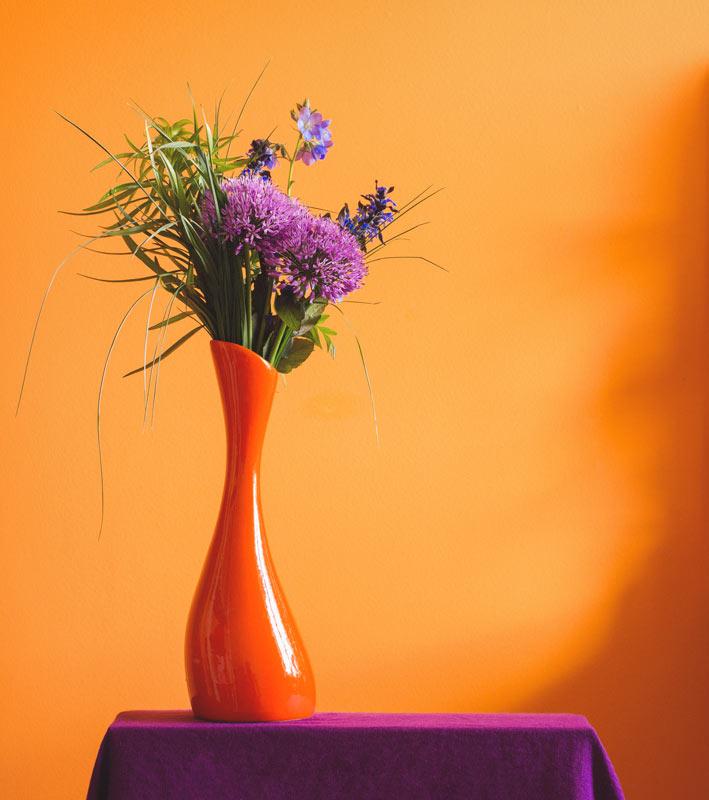 Bellissimo vaso con composizione di fiori con Allium.