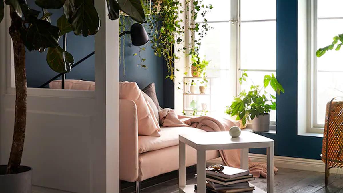 Salotto decorato con piante IKEA.