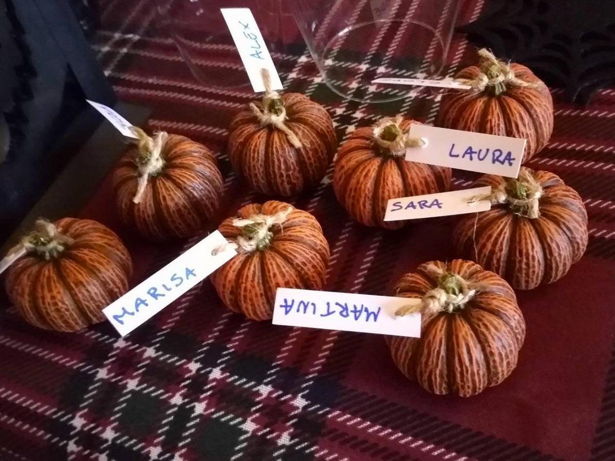 Piccole zucche in gesso, segnaposto Halloween.