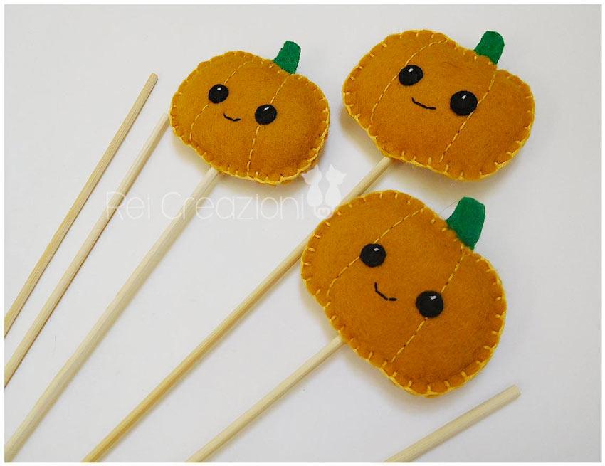 bastoncini segnaposto con testine a forma di zucche, un bel segnaposto per la tavola di Halloween