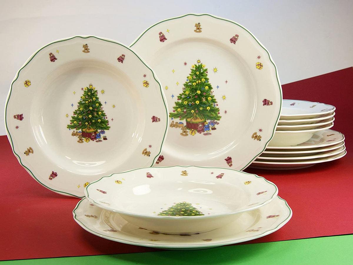 decorare la tavola con un bel servizio di piatti natalizi