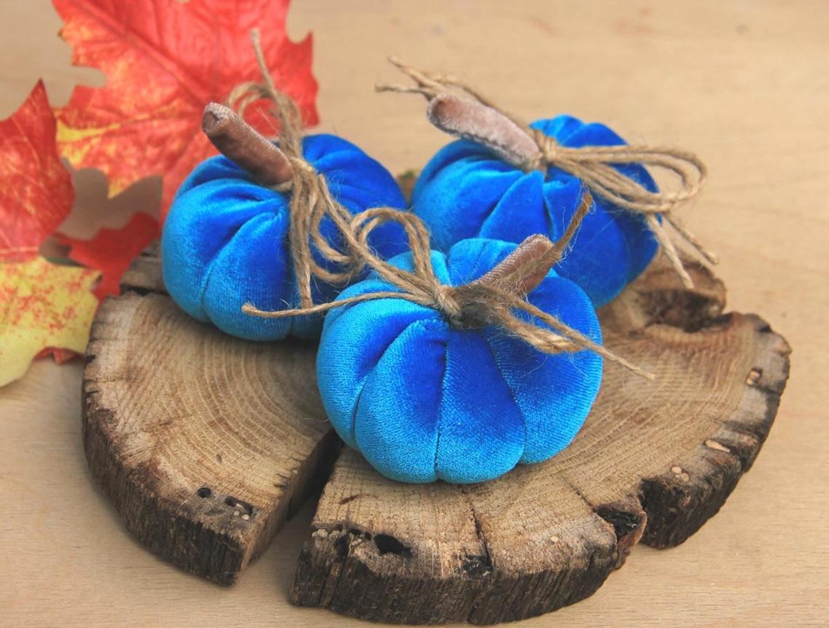 zucche decorative originali fai da te in tessuto blu.