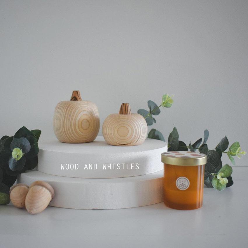 zucche ornamentali in legno per decorare casa in autunno.