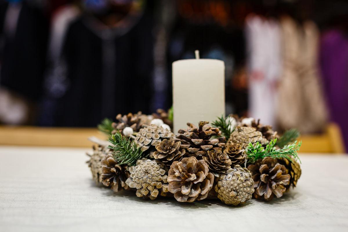 Abbellire una candela con le pigne