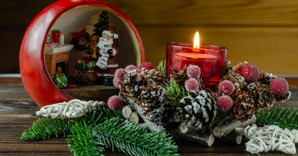 Abbellire una candela con le pigne.