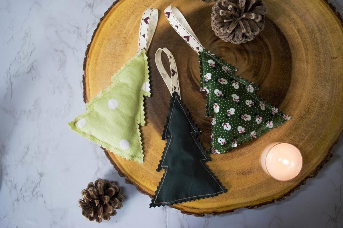 Un albero di Natale ecologico, decorazioni con riciclo creativo.