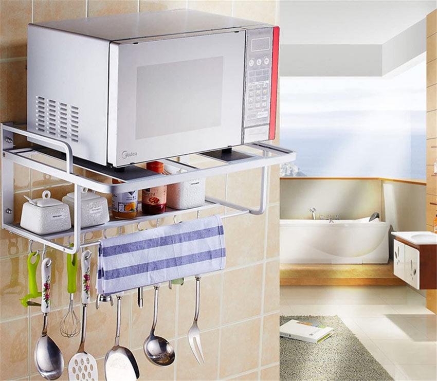 Furbe mensole per organizzare la cucina.