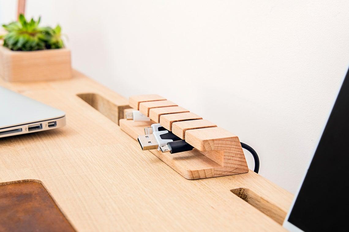 Accessori per organizzare i cavi sulla scrivania.