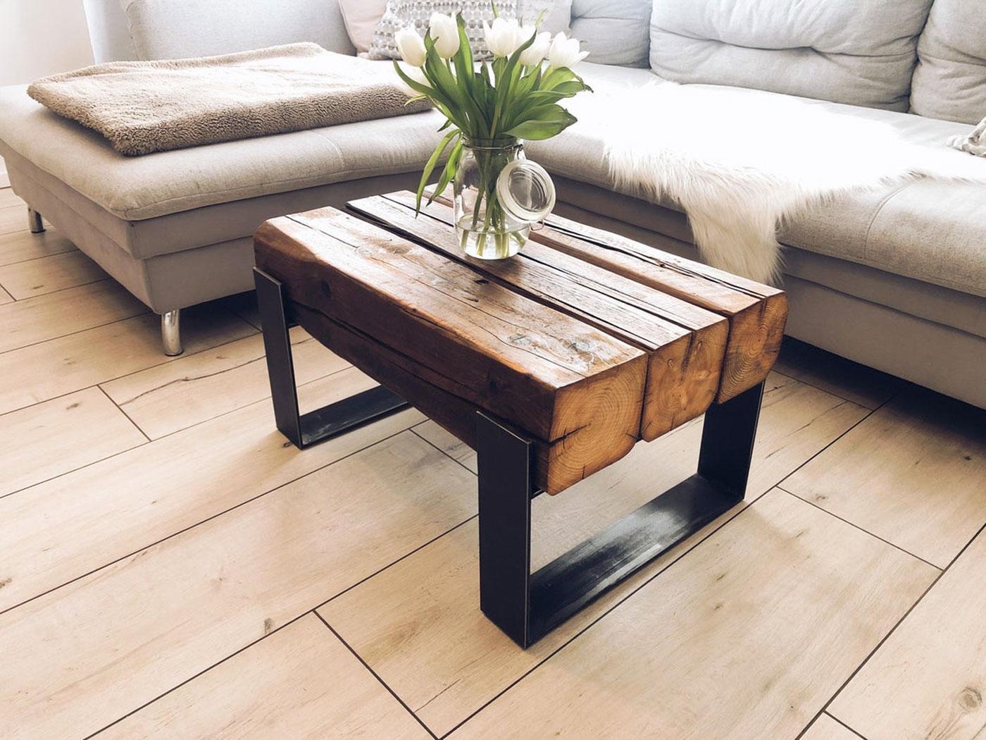 Tavolino da salotto in ferro e legno, arredamento stile industriale.