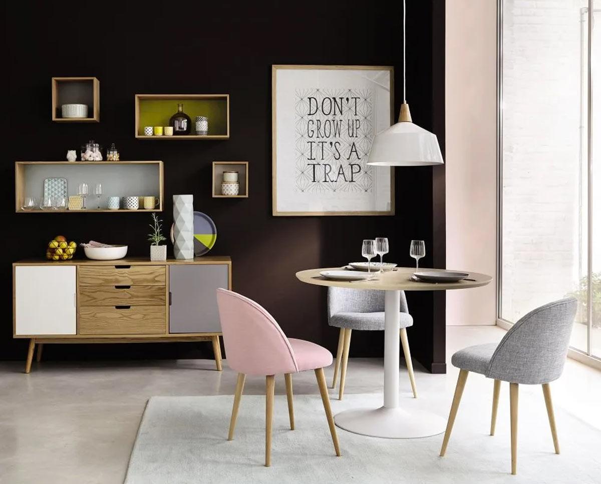 Arredare le pareti del soggiorno con mensole Maisons du Monde.
