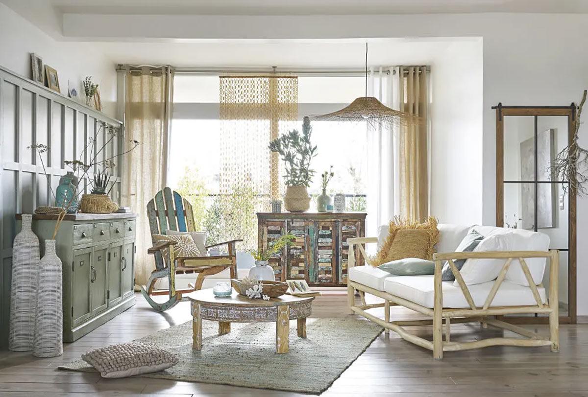 Tavolino rotondo in legno Maisons du Monde per il salotto.
