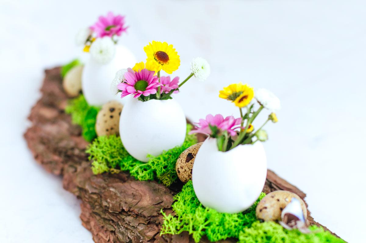 Decorazioni pasquali con uova e fiori.