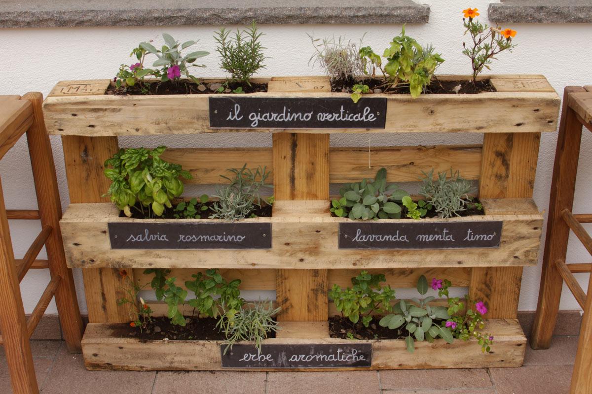 Fioriera verticale con erbe aromatiche fai da te.