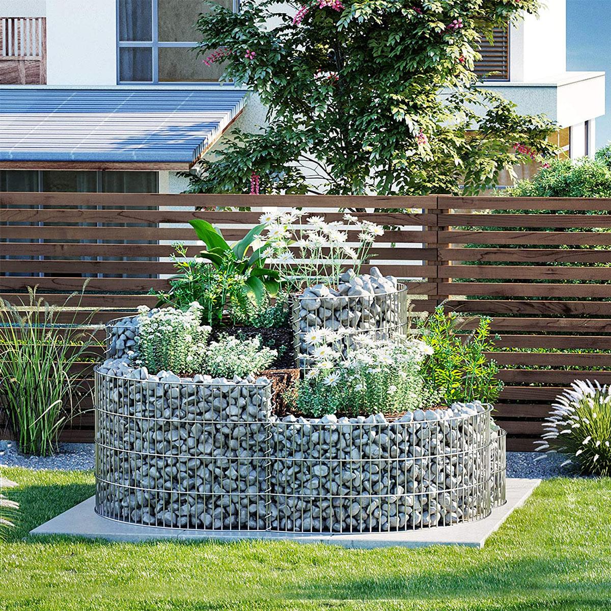 Gabbioni metallici e pietre in giardino.