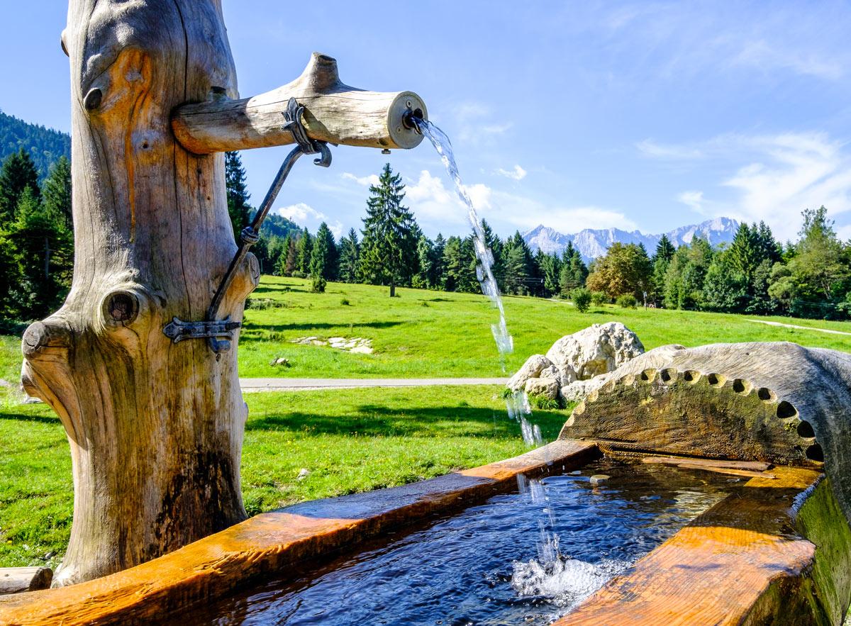 fontana in legno in giardino