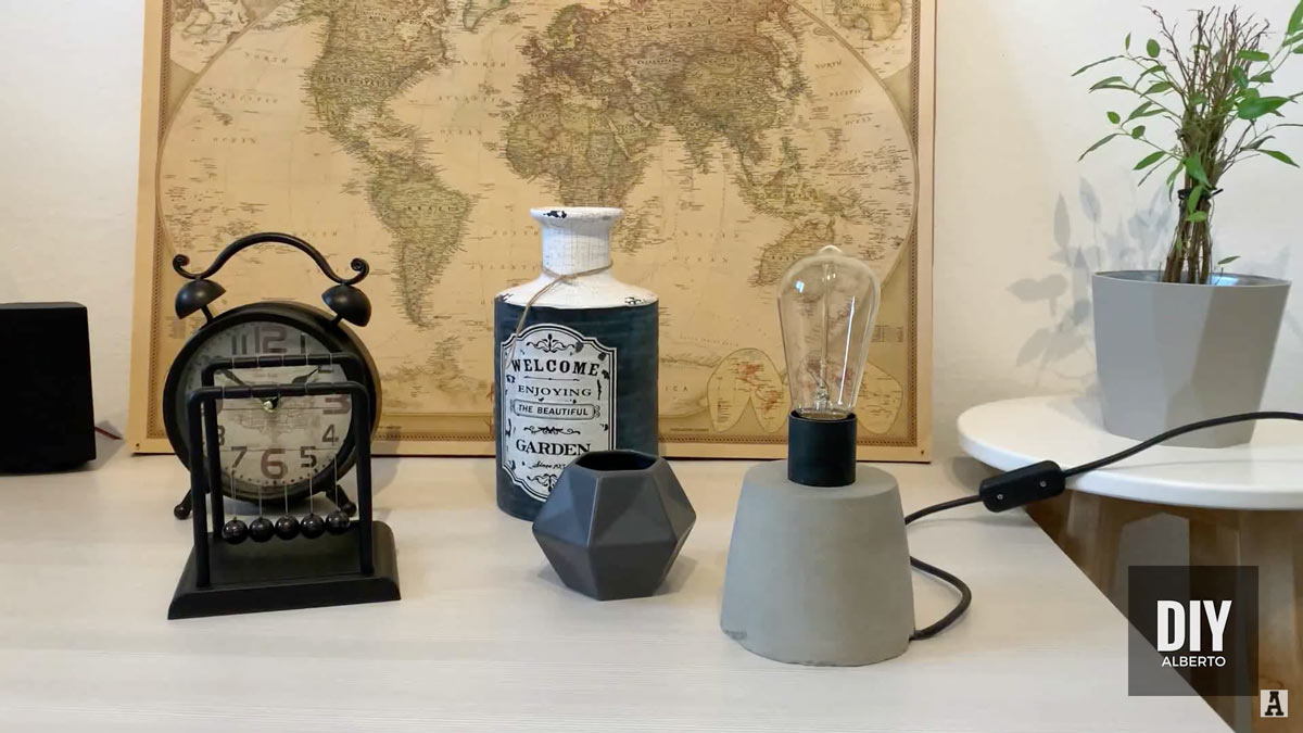 Come realizzare una lampada da scrivania fai da te in cemento con video tutorial.