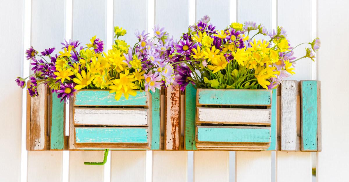 Vasi di fiori creativi estivi.