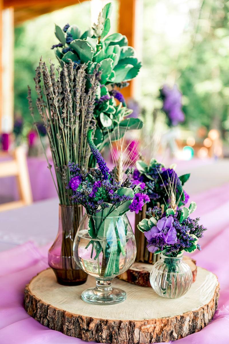 Centrotavola per il pranzo di ferragosto realizzato con fiori coloratissimi