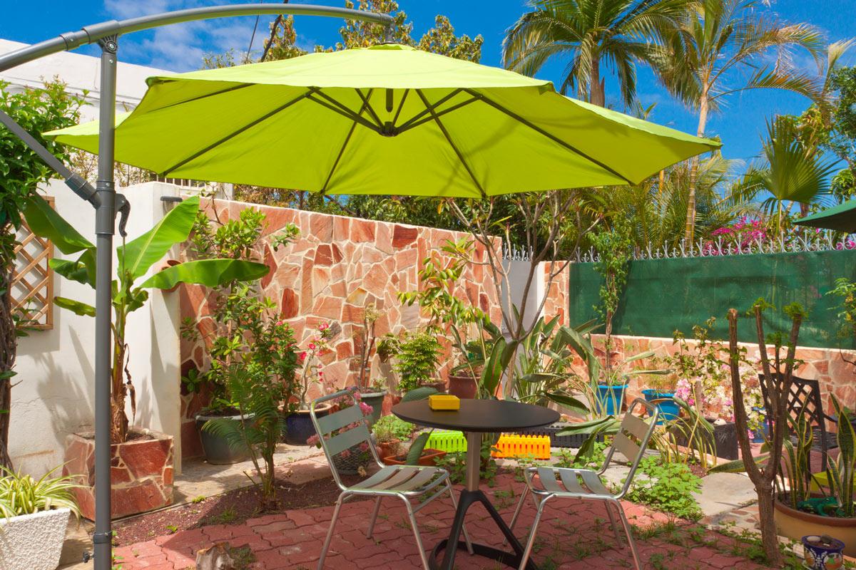 ombrellone di design per un'area relax completa