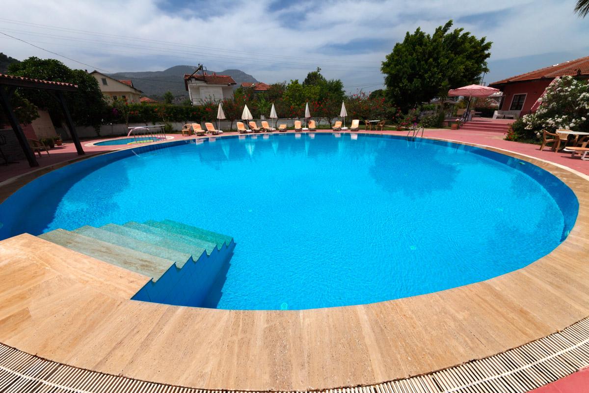 grande piscina rotonda per un giardino arredare con design