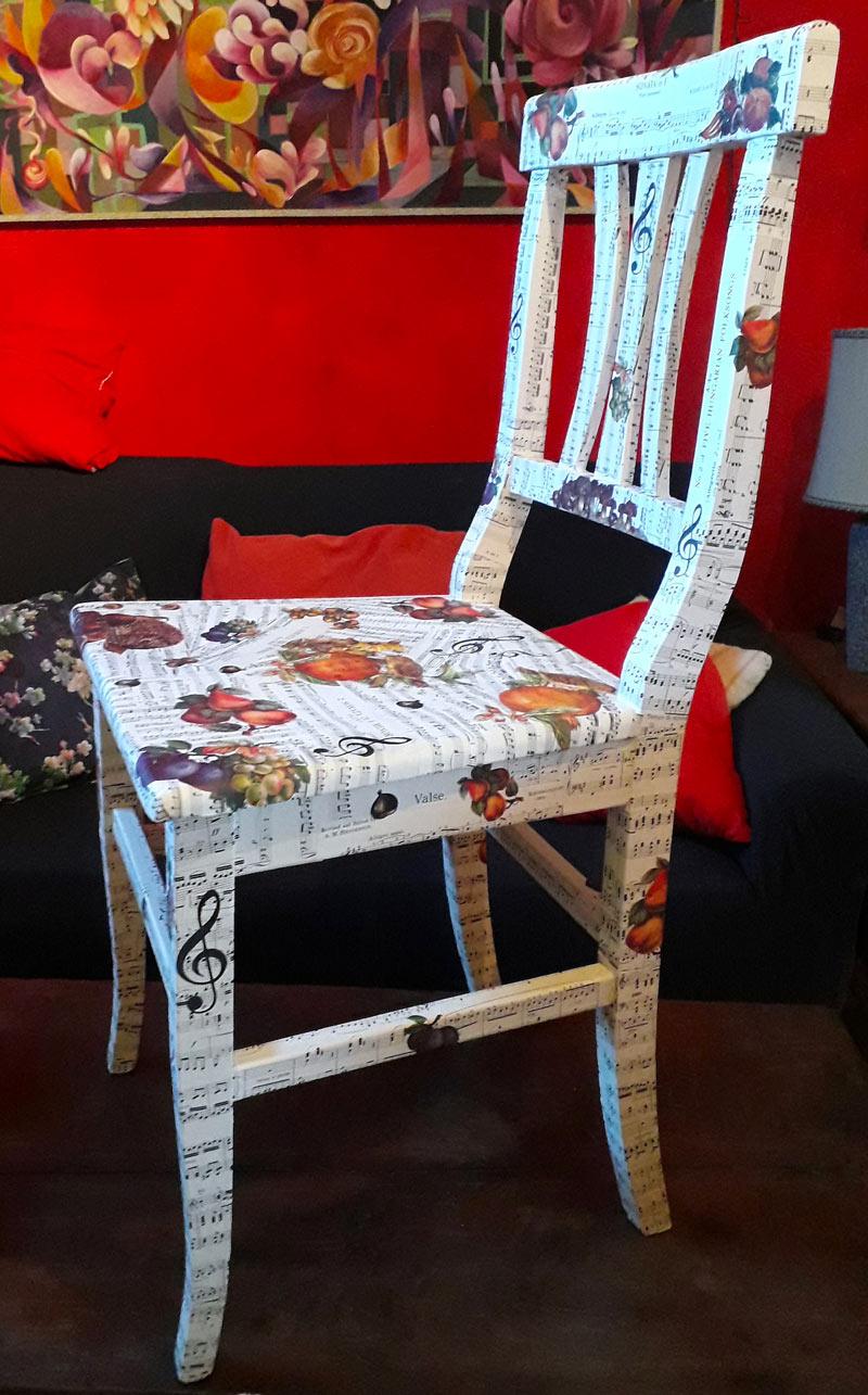 Cambiare aspetto alle sedie con il decoupage
