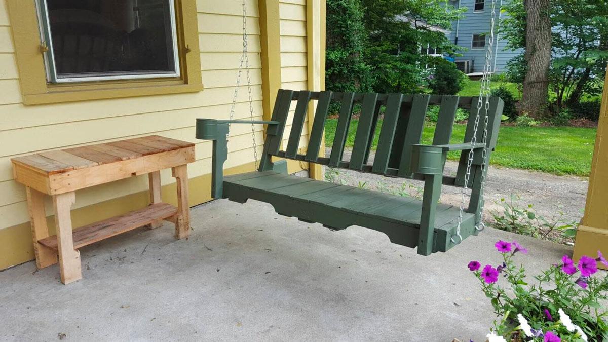 dondolo da giardino realizzato con i bancali